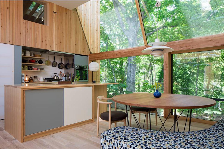 おしゃれなキッチンとテーブルが置かれた新築物件