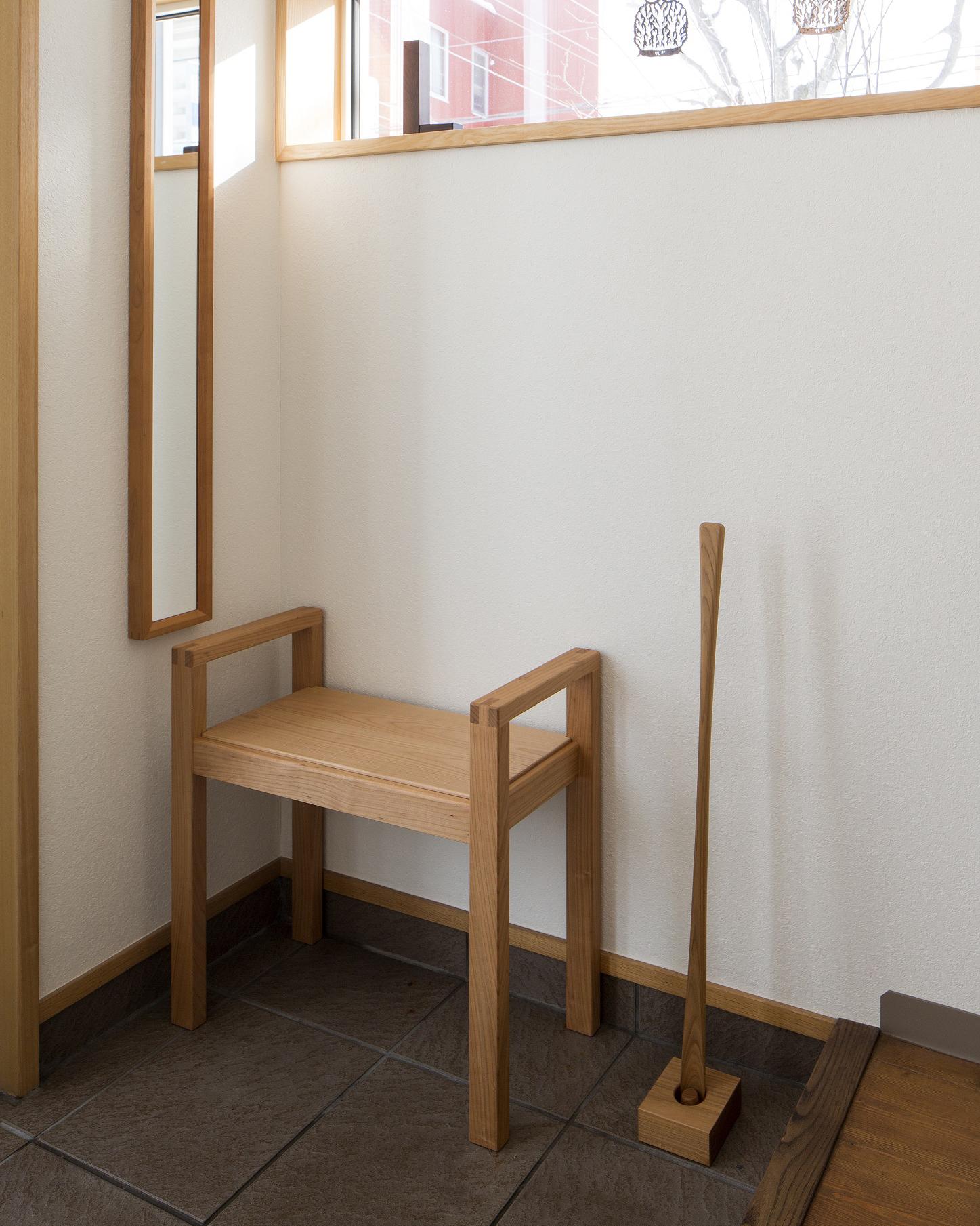 奥行きが狭くて玄関においても邪魔にならないエゾヤマザクラ材のちょこっとスツール:澪工房