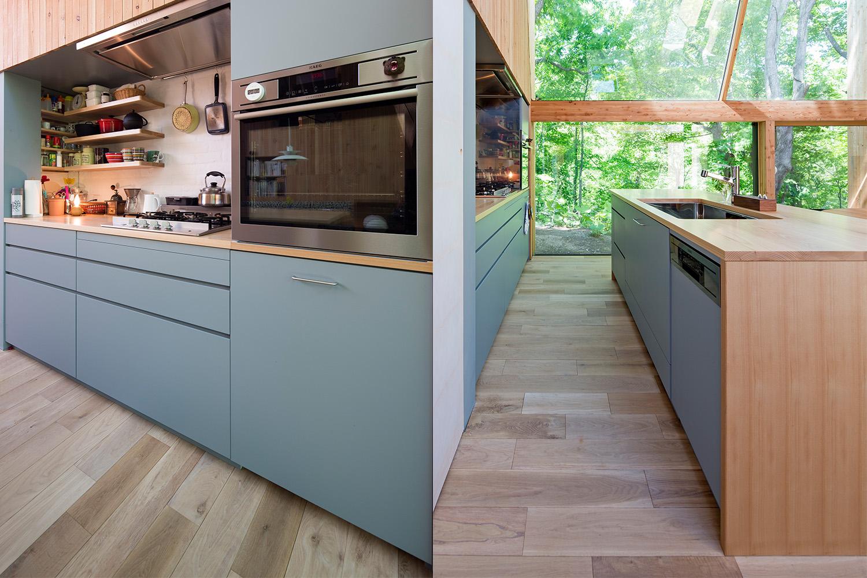 ホワイトアッシュ材の天板と面材がブルーのオーダーキッチン
