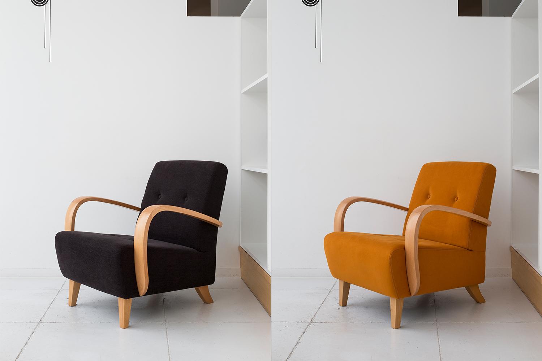 カラフルな椅子がおしゃれなカフェ