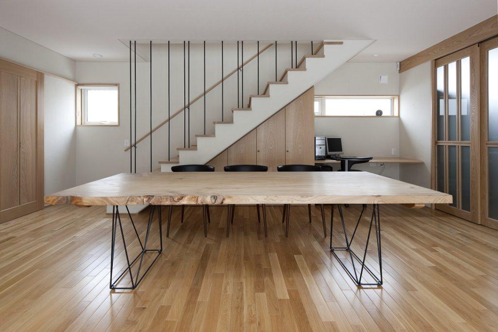 大きなニレ材のダイニングテーブルを納めた新築:澪工房
