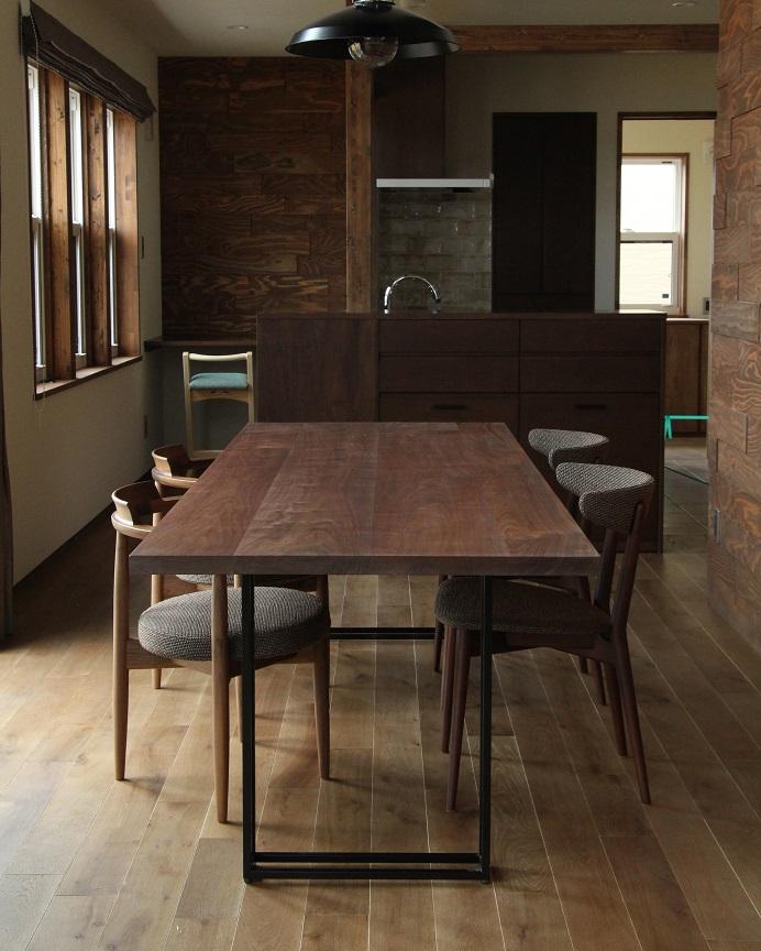 高級感のあるウォルナット材のダイニングテーブルを納めた新築物件:澪工房