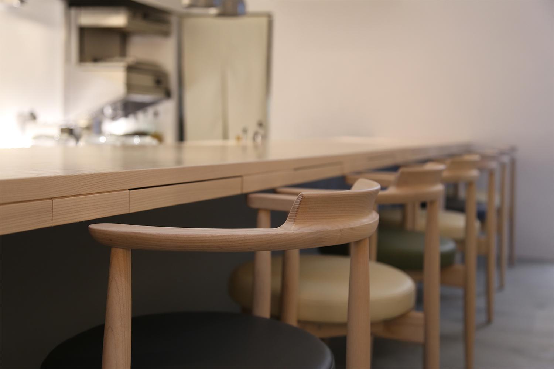 ホワイトアッシュ材のL字型の引き出し付きカウンターが置かれたレストラン:澪工房