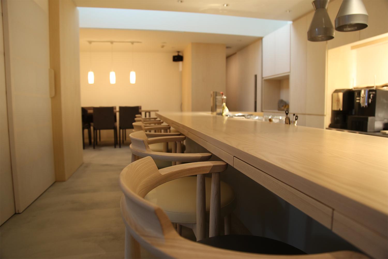 ホワイトアッシュ材のL字型のカウンターが置かれたレストラン:澪工房