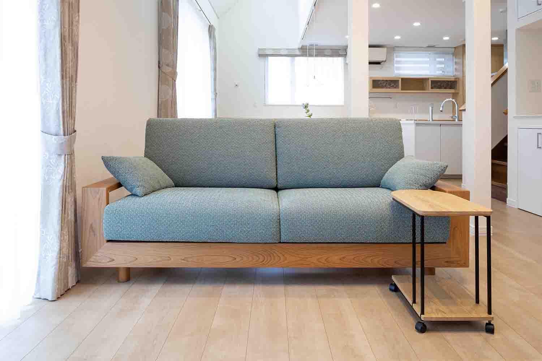 サクラ材のソファが置かれたリフォーム物件:澪工房