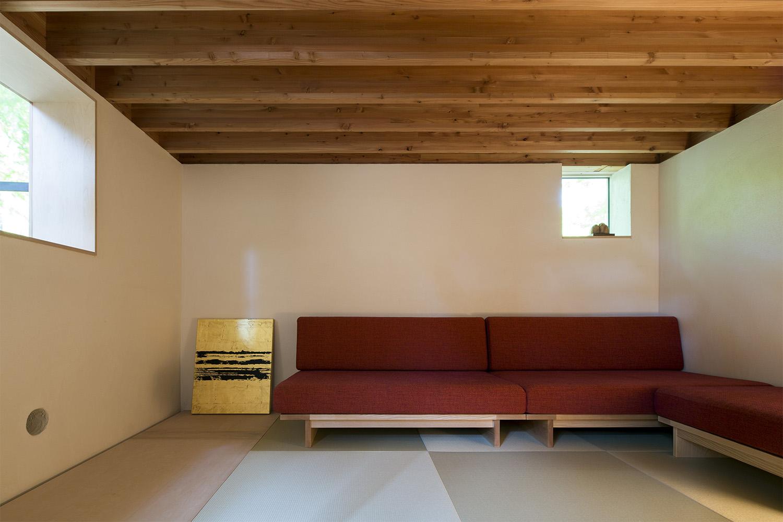 L型のソファが置かれた和室:澪工房