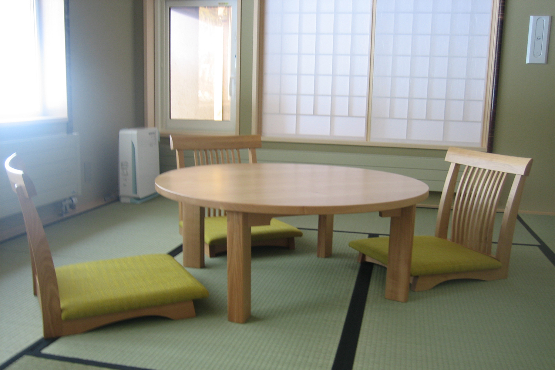 黄緑色の座椅子とちゃぶ台が置いてある旅館の客室:澪工房