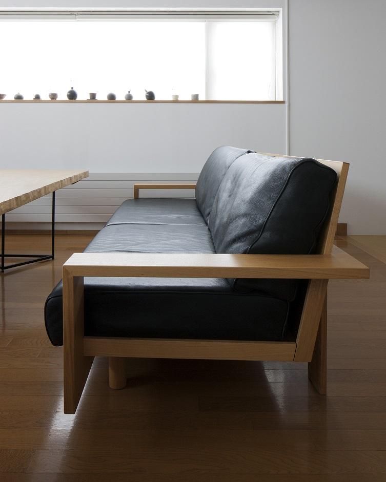 木のフレームに丈夫なクッションが特徴のホワイトアッシュ材のBeeソファの横姿:澪工房