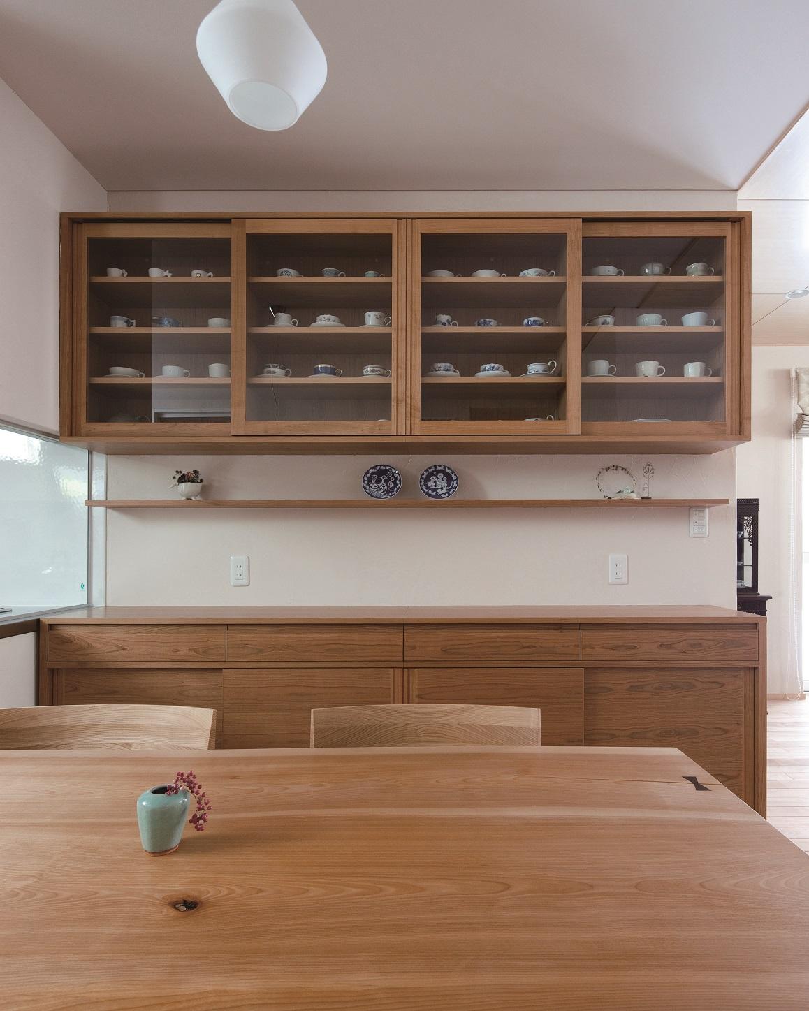お気に入りのコーヒーカップを飾れる食器棚:澪工房