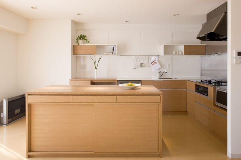 タモ材と人造大理石のオーダーキッチン:澪工房