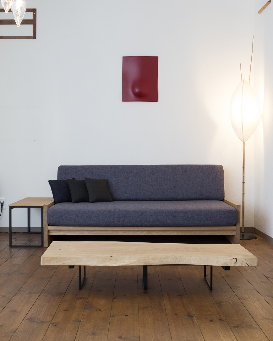 低くてシンプルなニレ材のNAMIJIソファと味のあるテーブル:澪工房