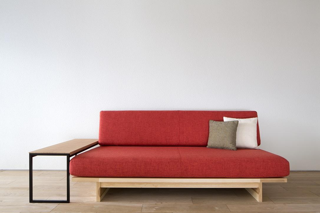 低くてシンプルなホワイトアッシュ材のNAMIZOソファとサイドテーブル:澪工房