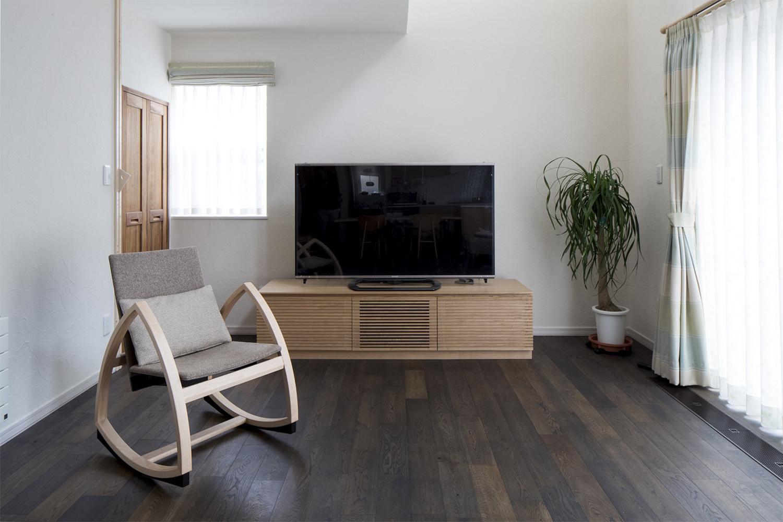 タモ材のTVボードがおしゃれな新築物件