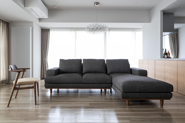 大きいL型のソファとイスが置いてあるマンション:澪工房