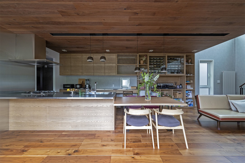 ウォルナット材の床材とタモ材のオーダーキッチンがおしゃれな新築物件:澪工房