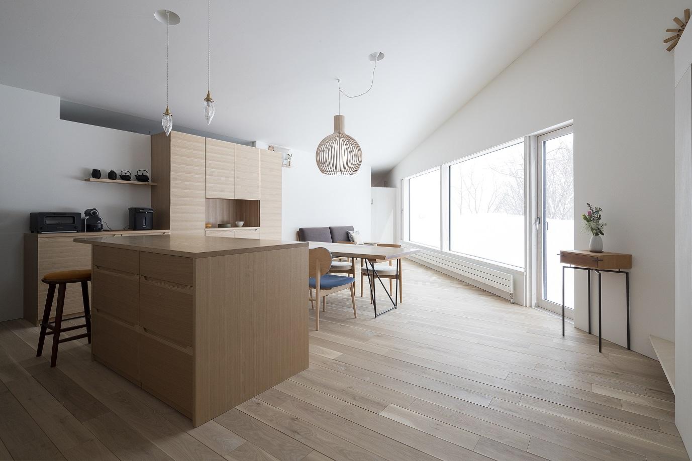 オーダーキッチンとセクトデザインの照明がおしゃれな新築:澪工房