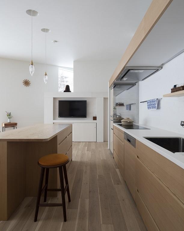 タモ材のオーダーキッチンがおしゃれな新築