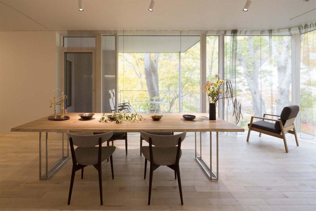 ニレ材のダイニングテーブルと椅子が置いてあるゲストハウス
