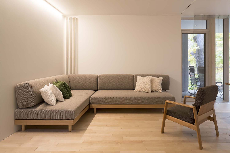 大きいL型のソファとイスが置いてあるゲストハウス:澪工房