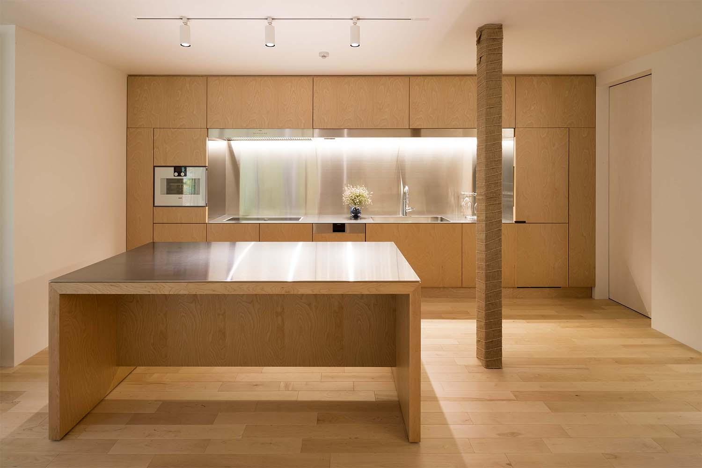 ステンレス製のキッチントップと面材にカバ材を使用したキッチン:澪工房