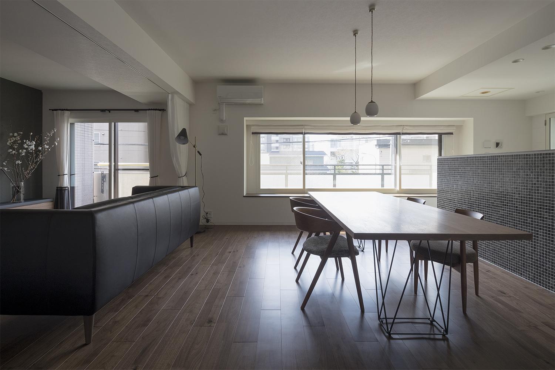 ウォルナット材の床材とウォルナット材のダイニングテーブルがおしゃれなリフォーム物件:澪工房