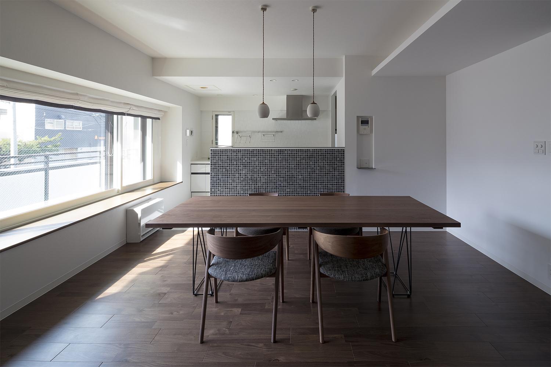 ウォルナット材の床材とウォルナット材のダイニングテーブルがおしゃれなリフォーム物件