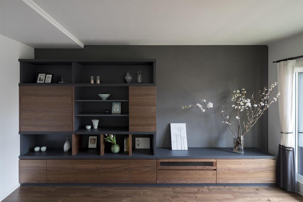 ウォルナット材の床材とウォルナット材のTVボードがおしゃれなリフォーム物件:澪工房