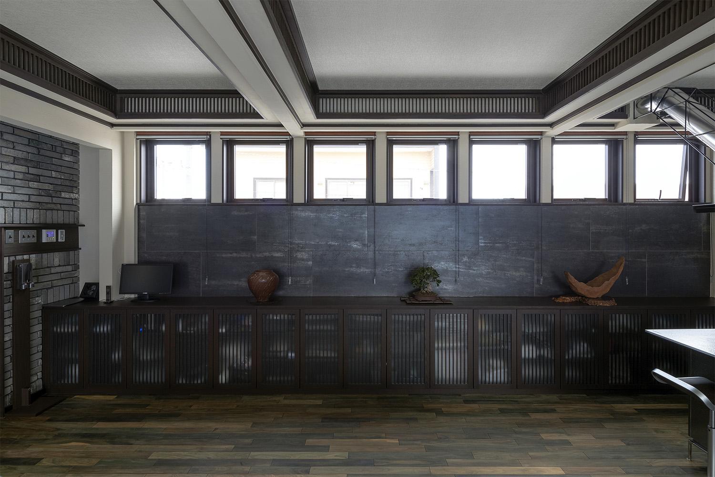 モダンな空間に縦格子の収納を置いた新築物件