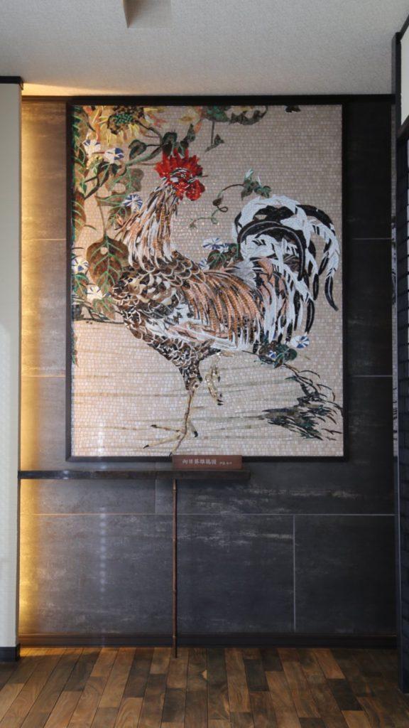 トーヨーキッチンの伊藤若冲のタイル画「向日葵雄鶏図」