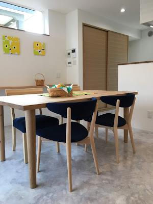 2種の椅子に、同色を濃藍色を張りました 壁に飾ったマリメッコの黄色のファブリックパネルと 補色の関係でまとめられました