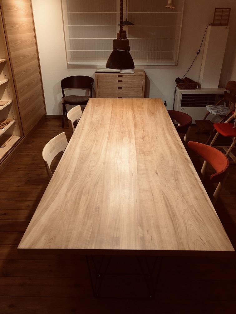 W2400のアサダのテーブル