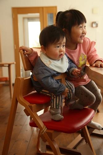 8ヶ月の男の子アップライトに座ってみる