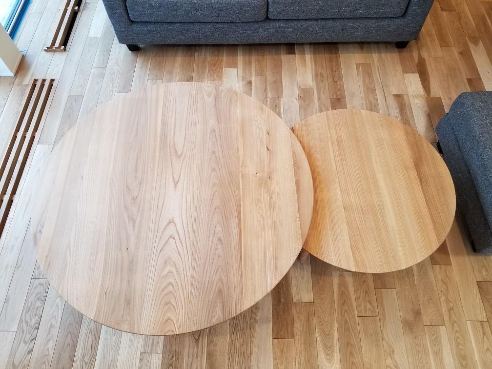 大小の丸い木製リビングテーブル
