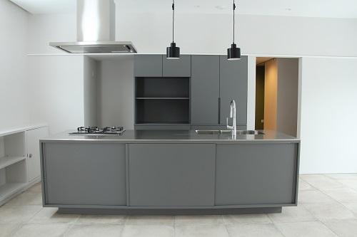 グレーのキッチンと収納