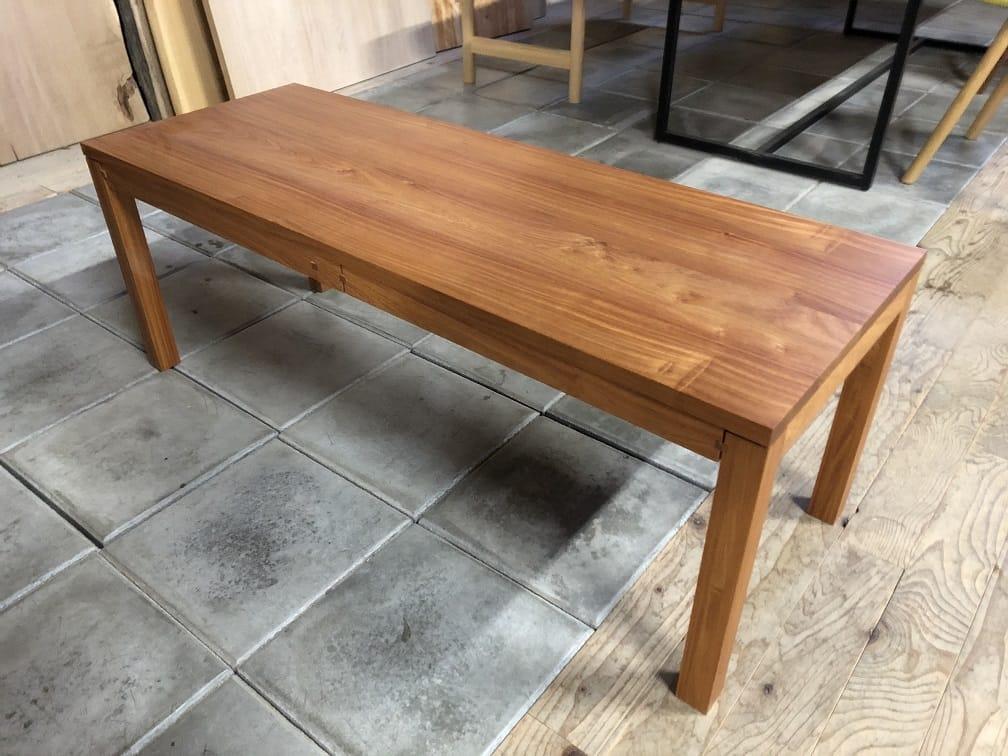 カリン材のテーブル