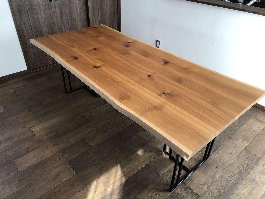 シウリザクラ材のダイニングテーブル