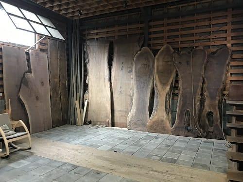 ずらりと並んだウォルナットの天板