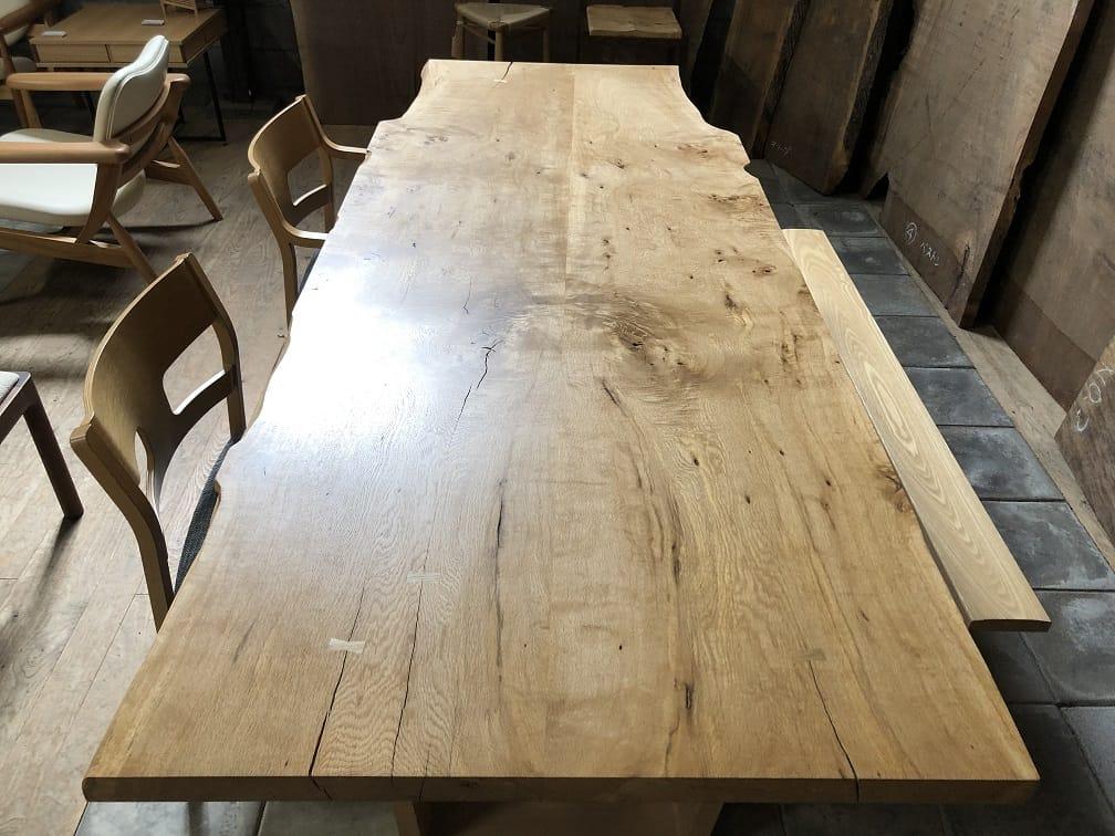 ナラ材のブックマッチテーブル