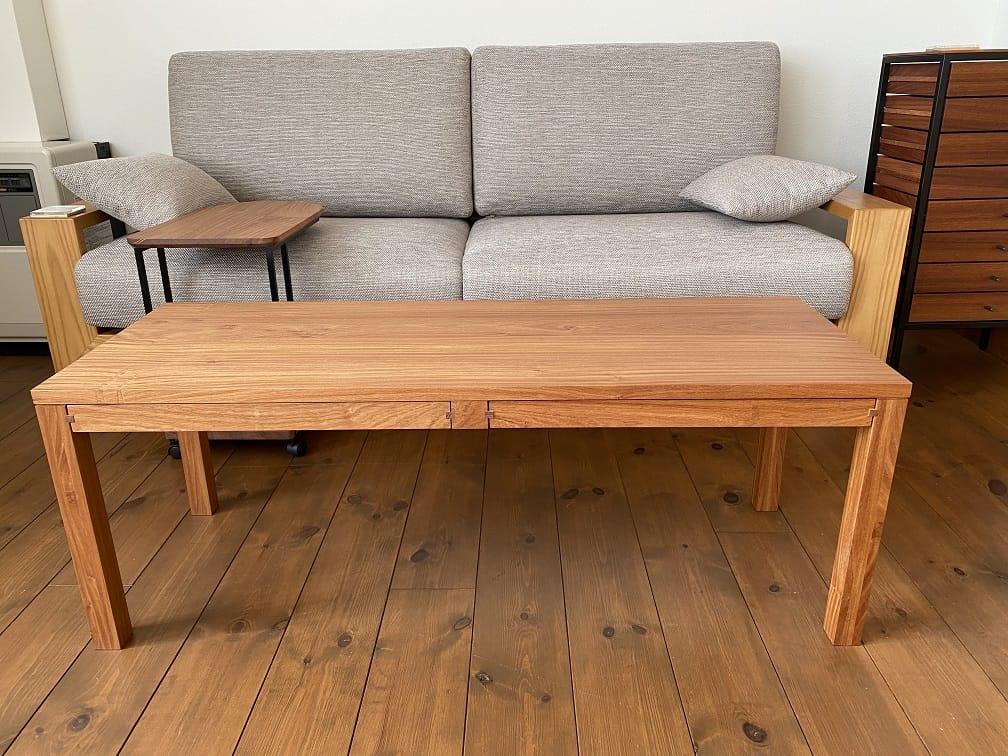 引き出しのあるテーブル