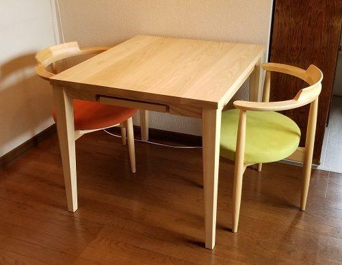 ホワイトアッシュ材の伸長式テーブル