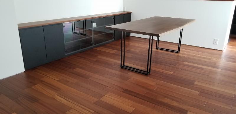 ウォルナット材のテーブルと造作収納