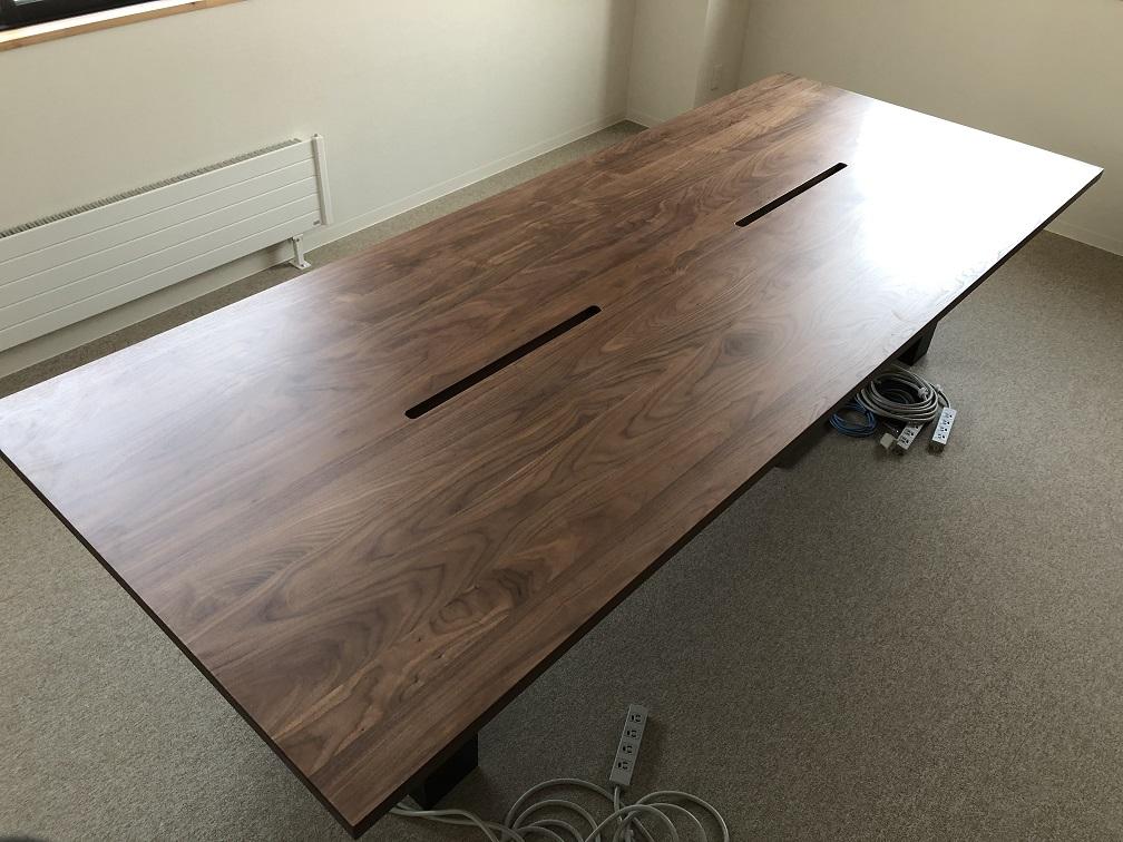 ウォルナット材の打合せ用テーブル