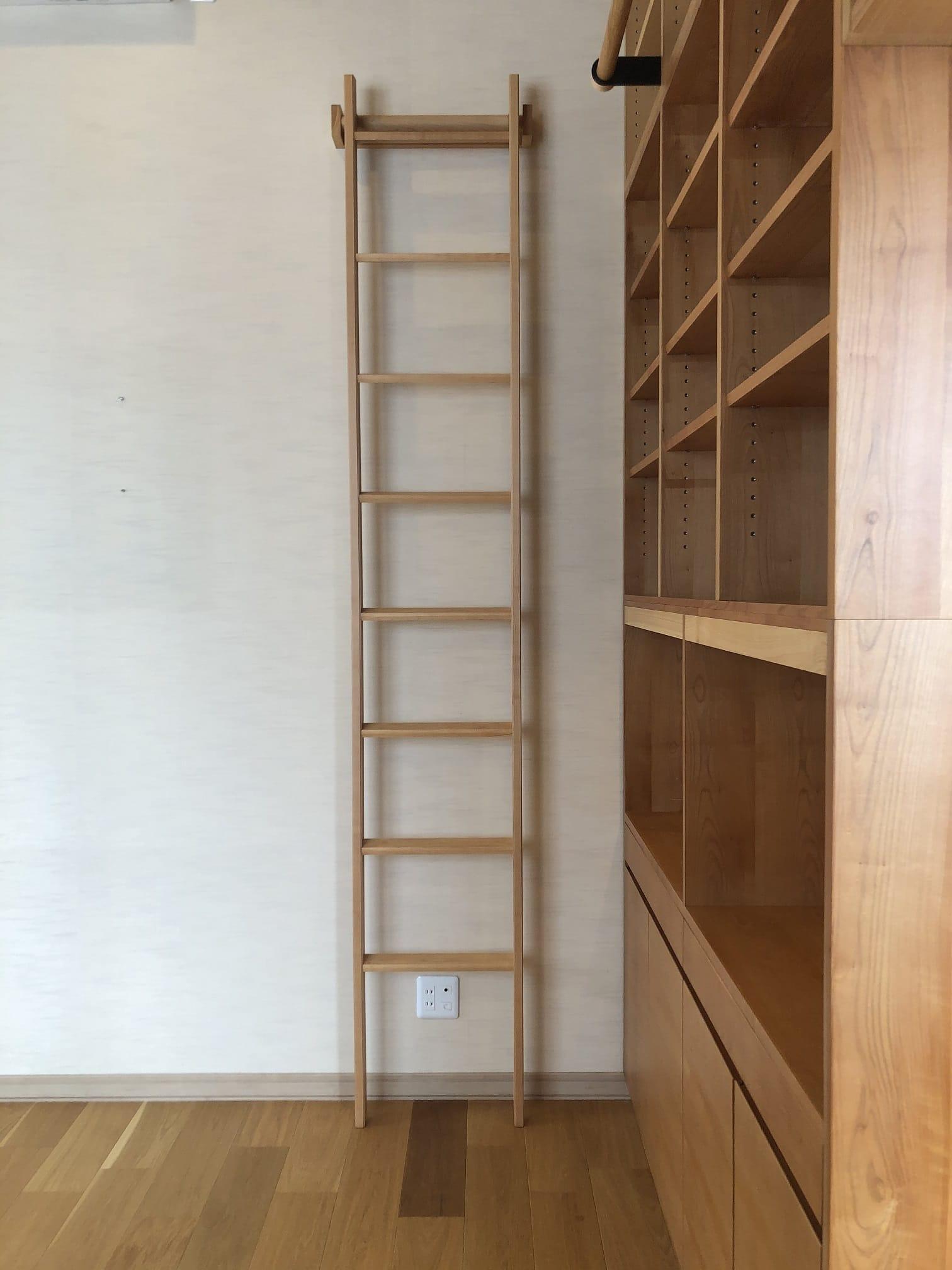 サクラ材のオーダー書棚のハシゴ