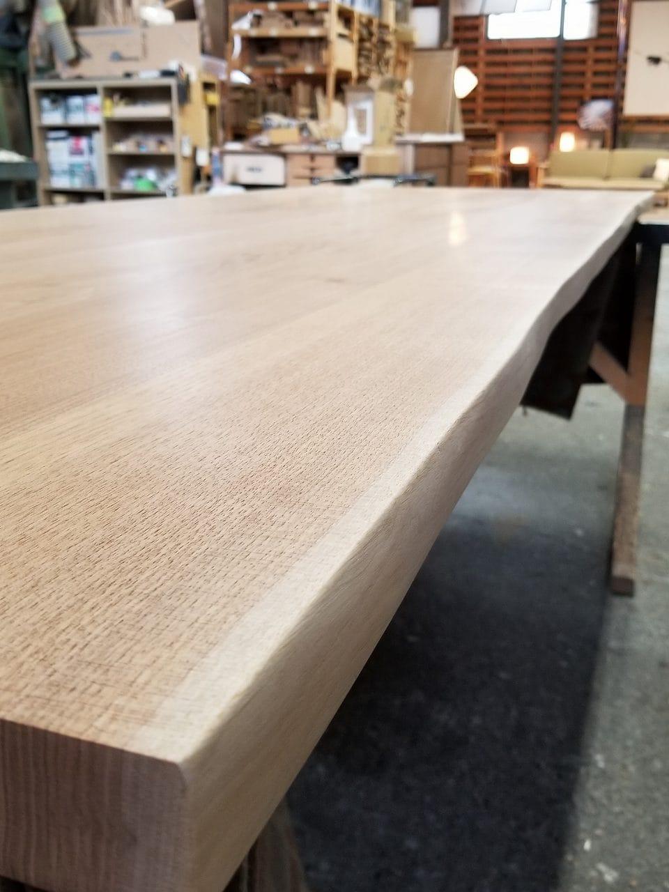 クルミ材のダイニングテーブルの木目