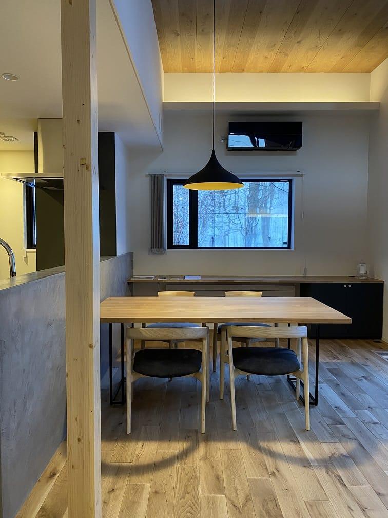 モールテックスの壁と澪工房のダイニングテーブル