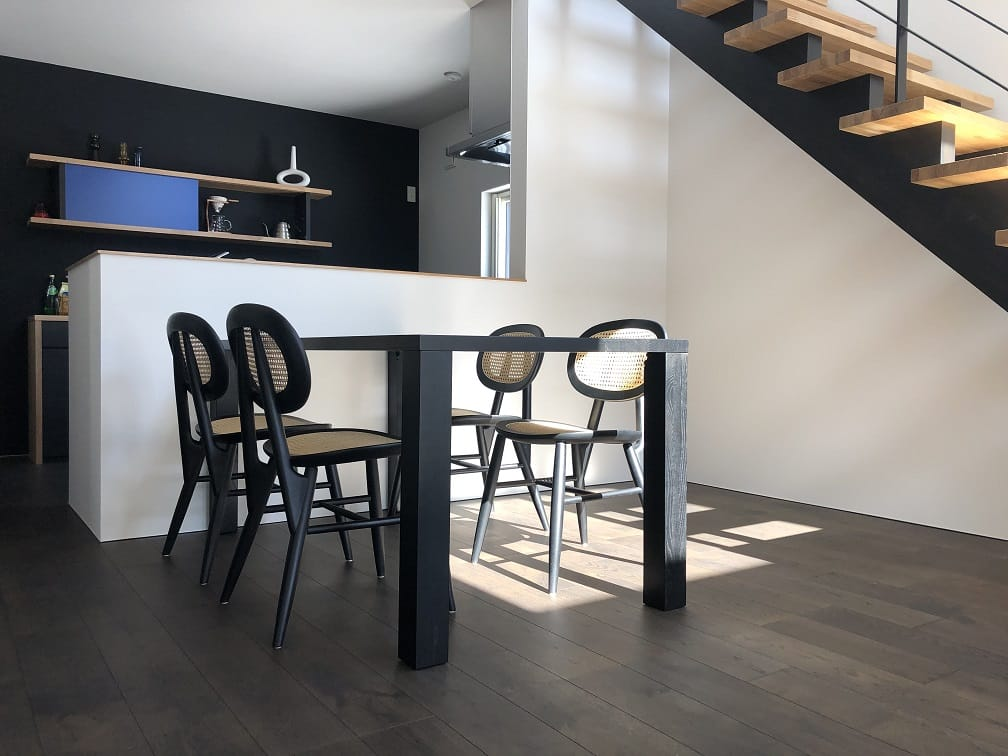 北王モデルの黒いダイニングテーブル