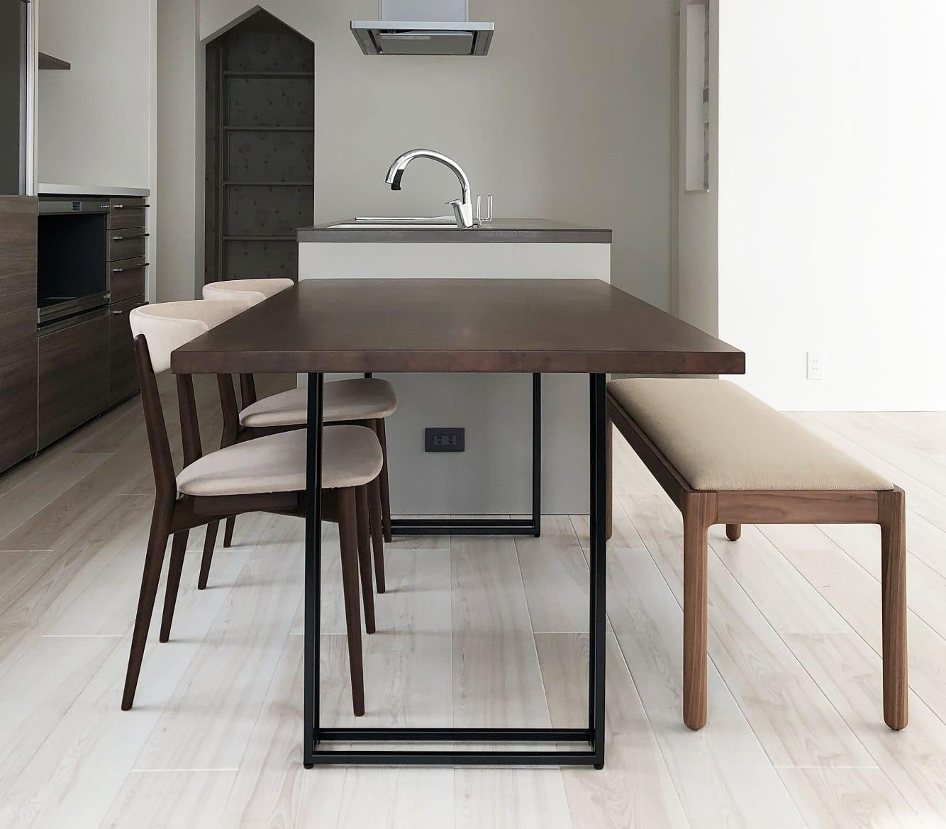 積水ハウスの住宅にウォルナット材のダイニングテーブル